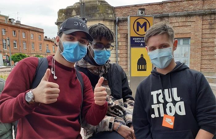 Ados qui portent un masque
