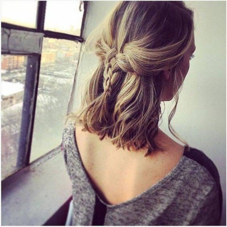 Coupe de cheveux mi-long - La demi-tresse