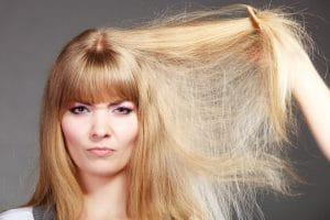 Cheveux abîmés – 6 astuces naturelles pour les soigner