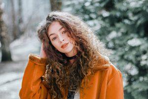 Entretenir ses cheveux bouclés – 4 astuces pratiques